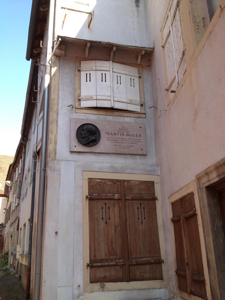 Dans quelle rue sélestadienne est-il né et trouve-t-on aujourd'hui une plaque commémorative à son souvenir ?